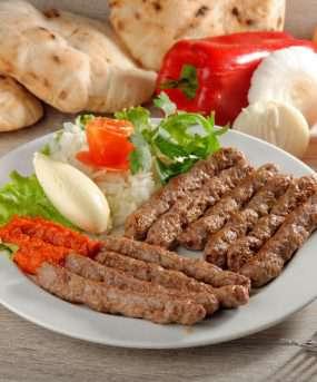 Traditioneel Balkisch gerecht Cevapcici